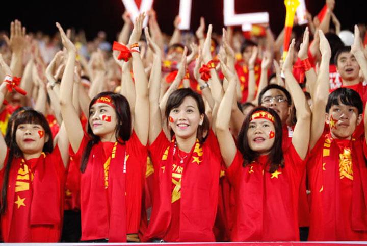 Các bạn học sinh, sinh viên trong trang phục áo cờ đỏ sao vàng