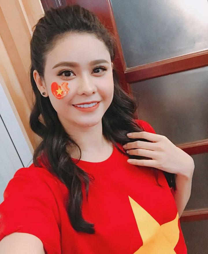 Ca sỹ Trương Quỳnh Anh khoe trên trang cá nhân bức hình tươi tắn cùng chiếc áo cờ đỏ sao vàng xịn