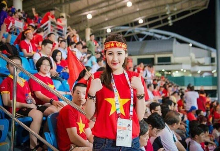 Á hậu Tú Anh nổi bật với áo cờ đỏ sao vàng xịn trên sân vận động Bishan - Singapore