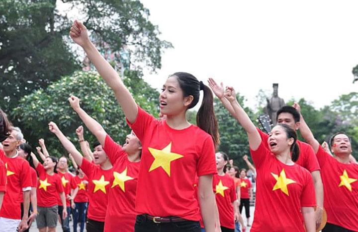 Áo cờ đỏ sao vàng xuất hiện trong các hoạt động ngoài trời và các hoạt động xã hội