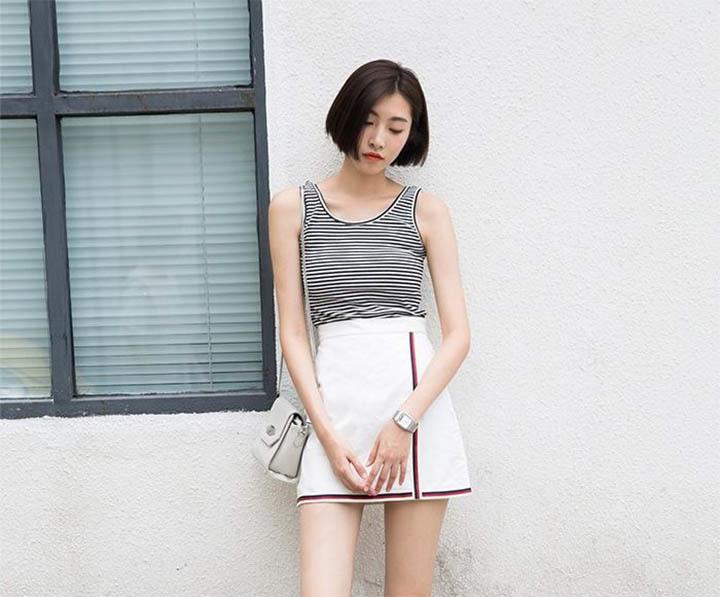 >Muốn tôn dáng thì bạn nên chọn chân váy chữ A khi mix cùng áo không tay nhé.